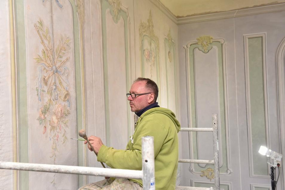 Restaurator Oliver Ander bringt im Schloss Reichstädt eine Wandmalerei im Stil des Rokoko aus der Zeit um 1770 in alten Glanz.