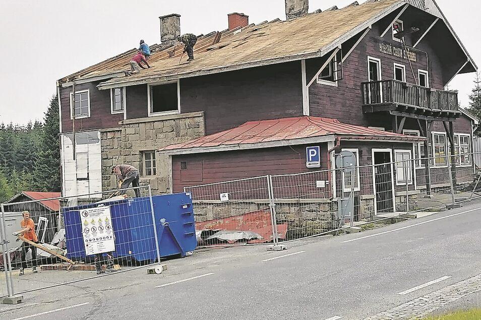 Das Wittighaus im Isergebirge wird derzeit abgerissen. Letzte Woche wurde das Dach abgetragen. Der Imbiss am Haus soll erhalten werden.