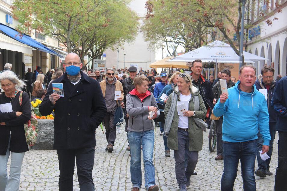 Die Demonstranten zogen mit dem Grundgesetz in der Hand über die Reichenstraße in Bautzen.
