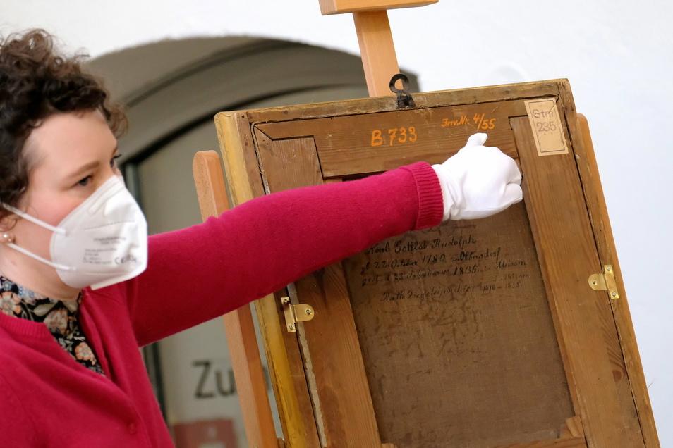 Die Museumsleiterin Linda Karohl-Kistmacher erklärt, wie der ehemalige Besitz des Meißner Stadtmuseums nachgewiesen werden konnte. Unter anderem das Papieretikett war ausschlaggebend.
