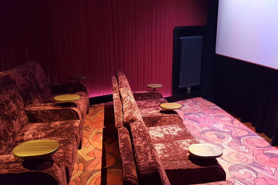 Zwei kleine Studiokinos im Gold-Class-Standard sind unterhalb des Ranges eingebaut worden, eins in Blau, eins in Rot. Hier haben gut 20 Zuschauer auf Sofas und Sesseln Platz.