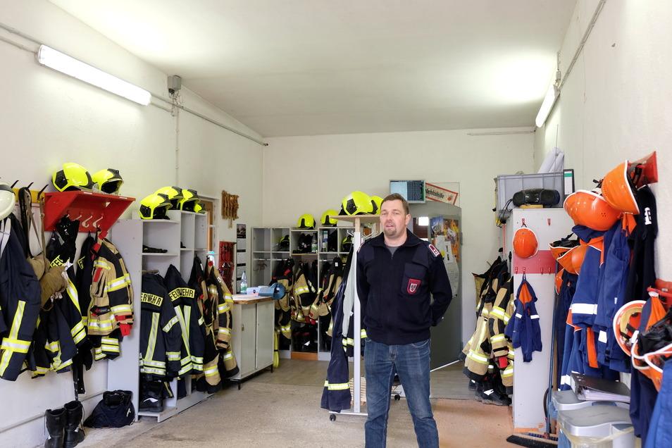 Blick in die Garage, wo auch das Feuerwehrauto normalerweise steht.