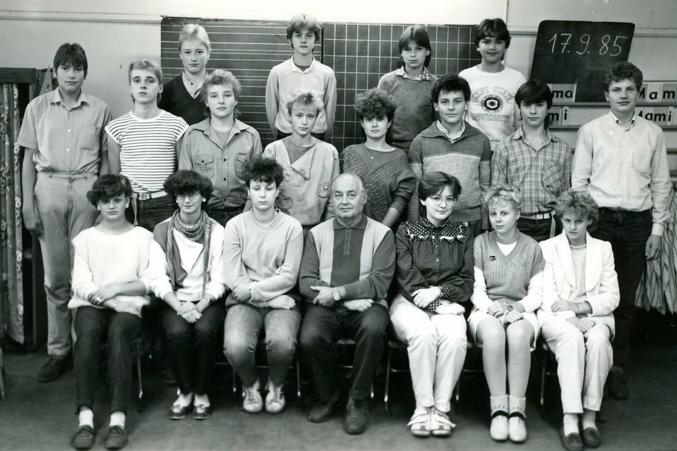 Herr Milius mit seiner Klasse. Sebastian Beutler steht in der dritten Reihe ganz links.