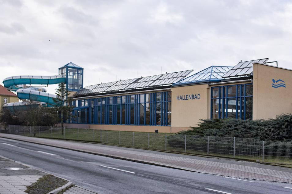 Die Schwimmhalle in Kamenz aus DDR-Zeiten wurde 1995 saniert. Jetzt soll sie wegen ihres verschlissenen Zustandes durch einen Neubau ersetzt werden. Der Kreistag fasste dafür einen weiteren Beschluss.