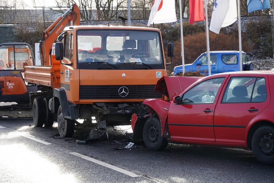 Ein Foto von der Unfallstelle: Durch den Zusammenstoß zwischen VW und Mercedes-Lkw entstand ein Sachschaden von 7.000 Euro.