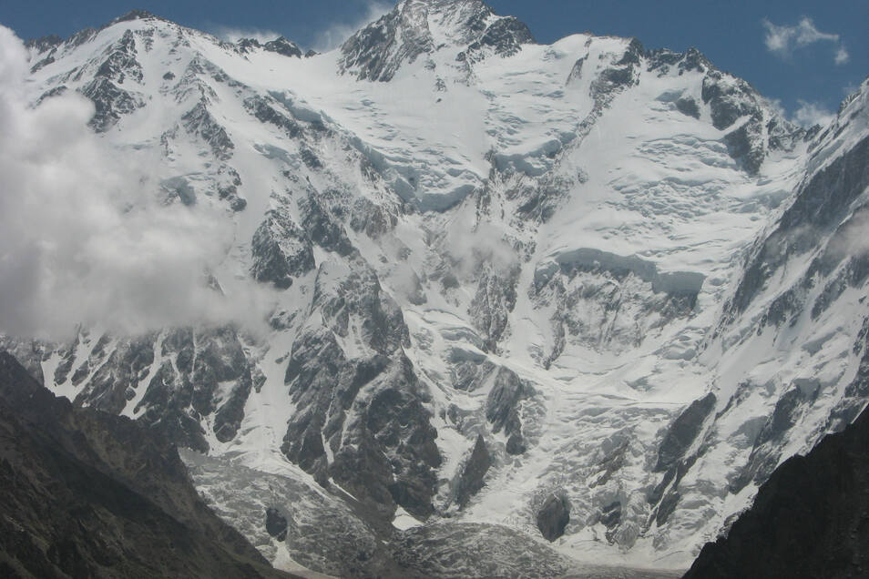 Der Nanga Parbat ist 8.125 Meter hoch und so etwas wie Reinhold Messners Schicksalsberg. An der Diamir-Seite (hier im Bild) sind Messner und sein Bruder Günther 1970 abgestiegen. Dabei verunglückte Günther tödlich. Die Umstände sind umstritten.