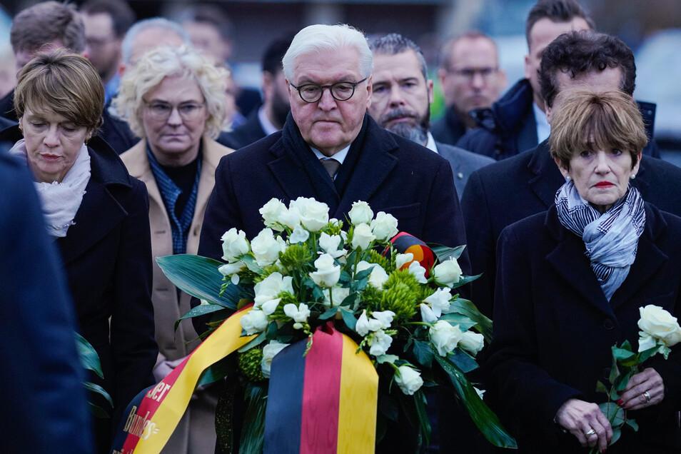 Bundespräsident Frank-Walter Steinmeier neben seiner Frau Elke Büdenbender (l) und Ursula Bouffier (r).