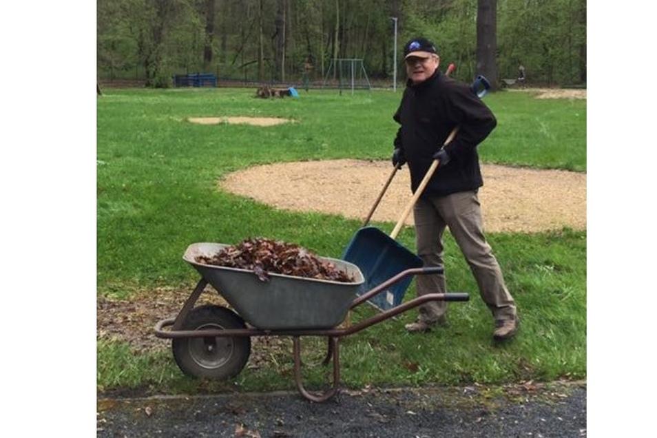 ... auch beim traditionellen Herbstputz war der Tierpark-Direktor mit dabei.