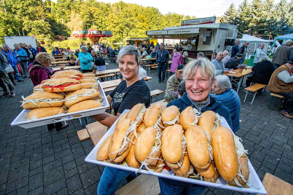 Anja Spreer (lins) und Manuela Holley haben fürs Fischerfest in Limmritz jede Menge Fischbrötchen mit Belag für jeden Geschmack vorbereitet.