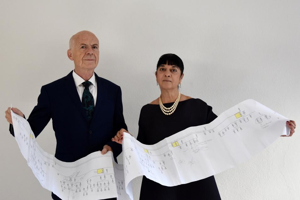 Die Da-Vinci-Experten Alessandro Vezzosi (l) und Agnese Sabato halten einen Ausdruck mit dem Stammbaum der Nachfahren des Universalgenies Leonardo Da Vincis.