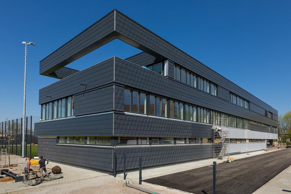 Das neue Trainingszentrum von Dynamo Dresden wurde teurer - nun gibt es im Stadtrat Streit ums Geld.