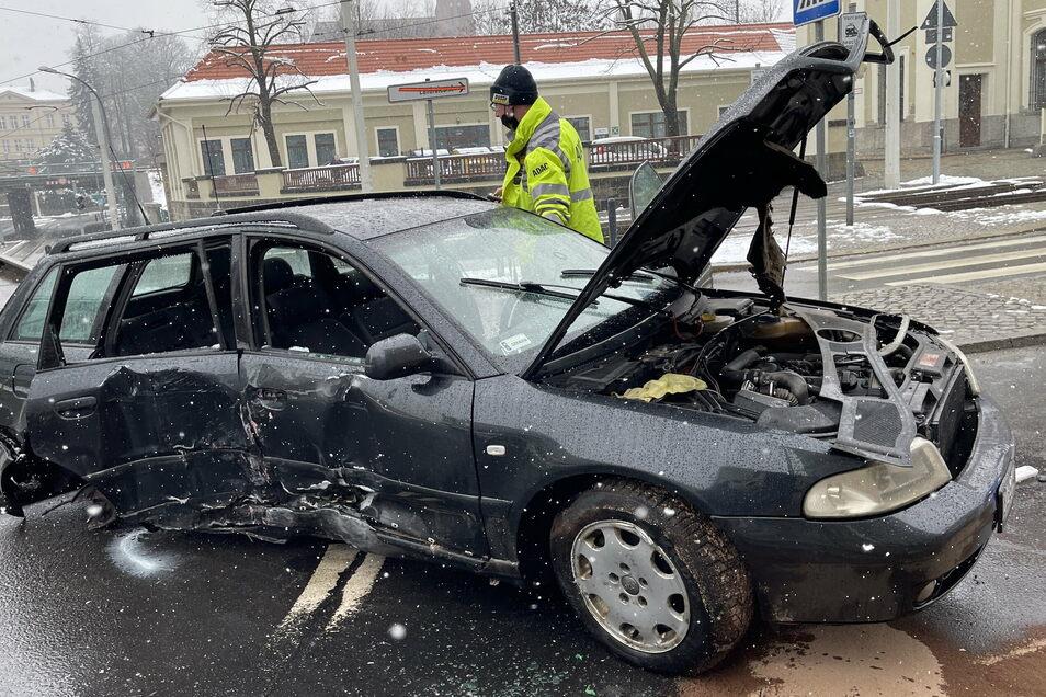 Der Audifahrer floh vor der Polizei und krachte in Görlitz gegen eine Laterne.