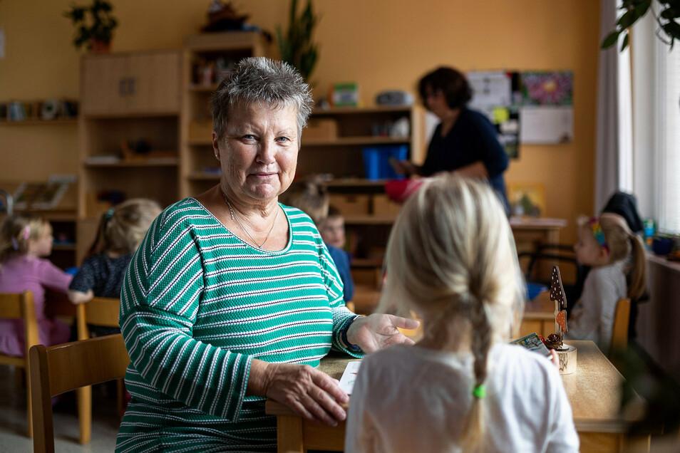 Angelika Mergner ist Rentnerin und arbeitet trotzdem noch in einer Kita in Freital als Erzieherin.