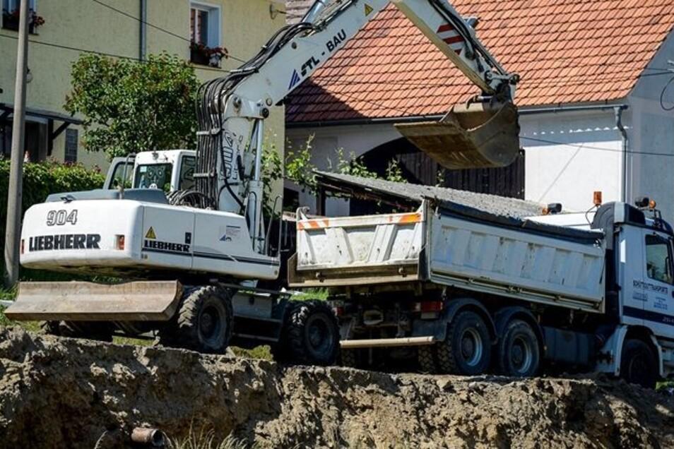 An der Rothenburger Straße ist auch für Fußgänger kein Durchkommen mehr. Hart am Hang bereiten Bagger hier den Bau einer neuen Stützmauer vor. Fotos: Pawel Sosnowski