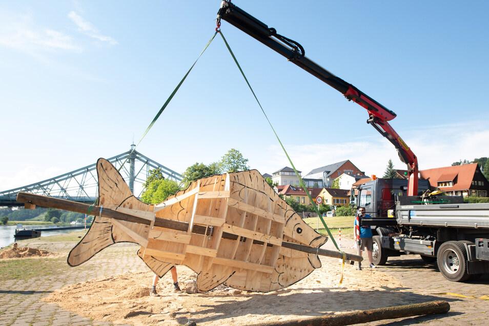 Ein riesiger Fackelfisch, der im Umschulungs- und Fortbildungswerk SUFW entstand, wird an diesem Freitagabend zur Eröffnung des Drachenbootfestivals verbrannt.
