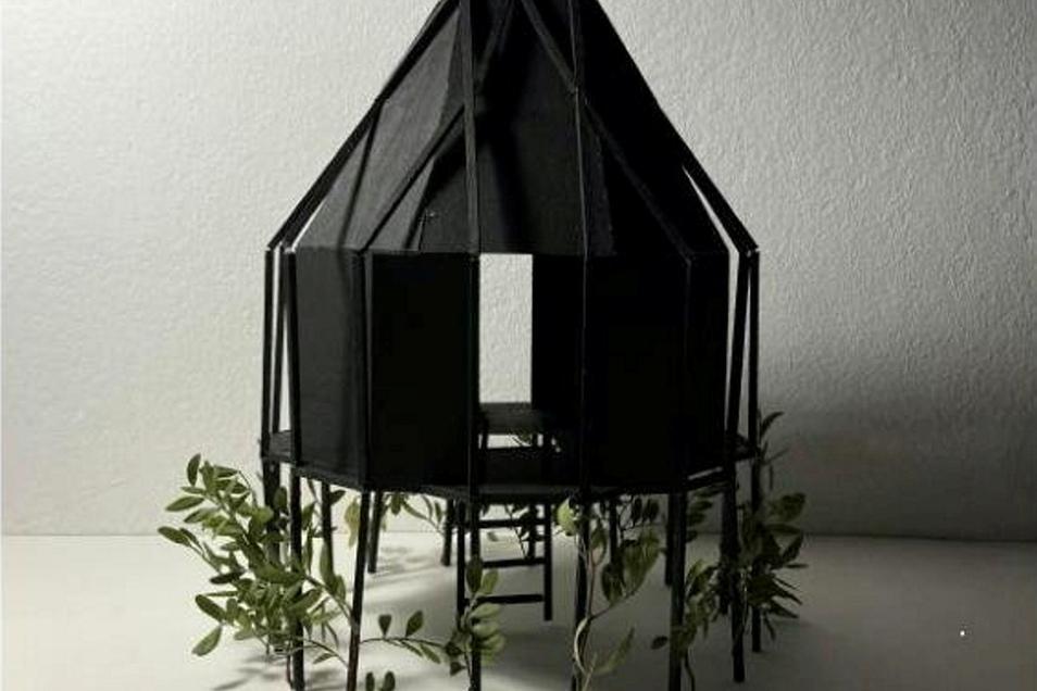 Eins werden mit dem Wald - das soll die Schutzhütte von Chiara Schmidt. Ihr Entwurf steht auf Stelzen. Ein Teil der Wände lässt sich durch einen Schiebemechanismus öffnen. Im Innern gibt es klappbare Holzelemente, die zugleich Tisch und Bett sein können. Langfristig soll die Natur die Hütte zurückerobern. Dafür sollen an den Stelzen Bäume gepflanzt werden, die - wenn sie groß genug sind - die Hütte einmal tragen können.