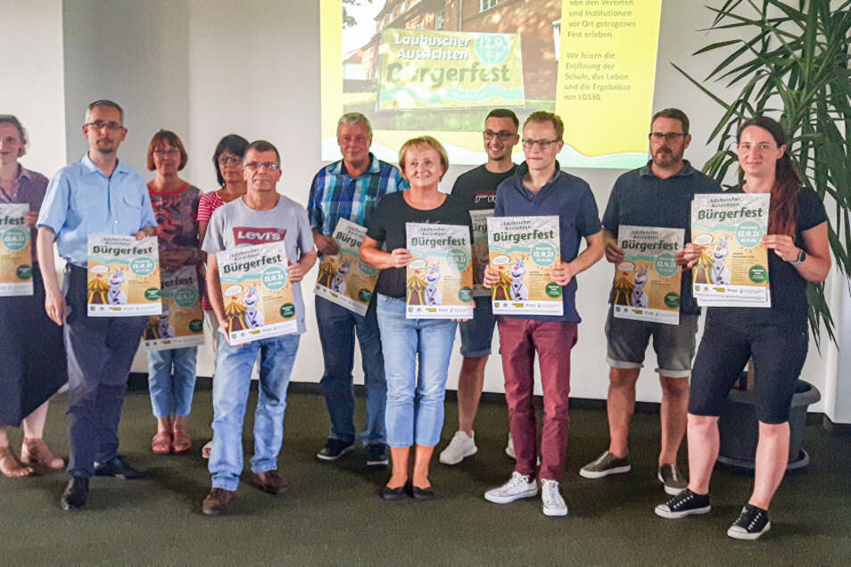 Im Bild zu sehen ist nur ein Teil derjenigen, die das am 12. September geplante Bürgerfest in Laubusch vorbereiten. Das Plakat wird demnächst vielerorts zu sehen sein.