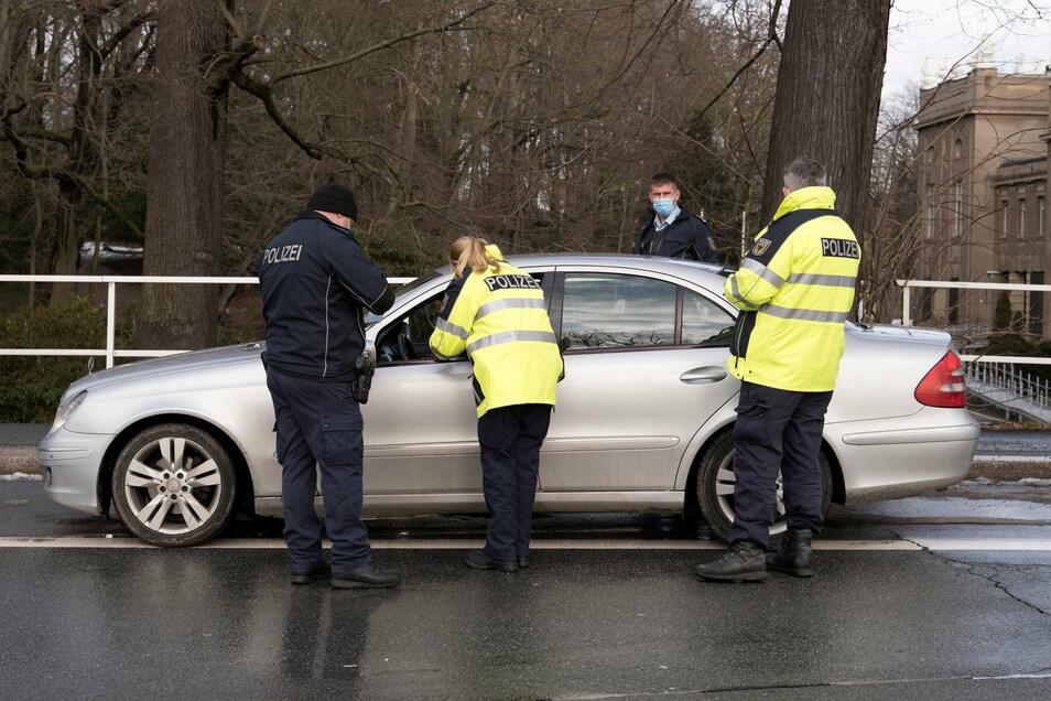 Kontrolle am Mittwochmittag an der Stadtbrücke in Görlitz: Der Mercedes aus Polen drehte daraufhin gleich wieder um.