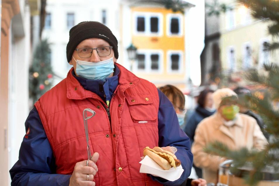 """Ralf Neumann verkaufte vor dem """"Nikol-Treff"""" Bratwürste, Fischbrötchen und Glühwein."""