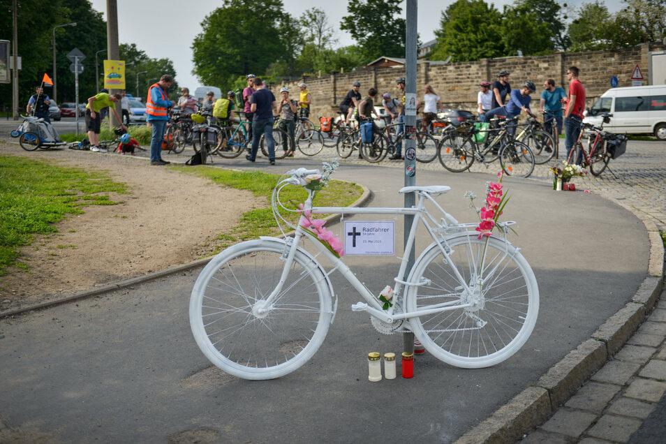 An den Verunglückten von der Stauffenbergallee erinnert seit dem Unfall ein sogenanntes Ghostbike, auch Radfahrer-Demonstrationen fanden an der Unfallstelle statt.