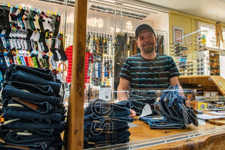 """""""Heiß"""" auf die Öffnung: Jan Dingfelder hat im """"Selectorz"""" auf dem unteren Frauenmarkt alles vorbereitet - inklusive neuer Ladentheke entsprechend der Corona-Regeln."""