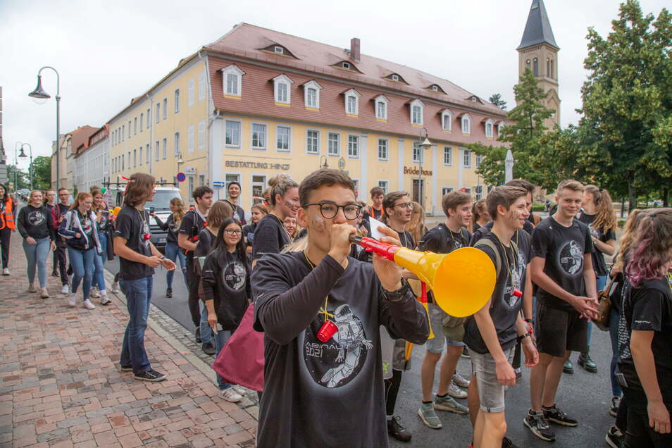 Sebastian Horn hat allen Grund zum Tröten: Er ist Jahrgangsbester unter den Abiturienten des Nieskyer Schleiermacher-Gymnasiums mit einem Durchschnitt von 1,0.