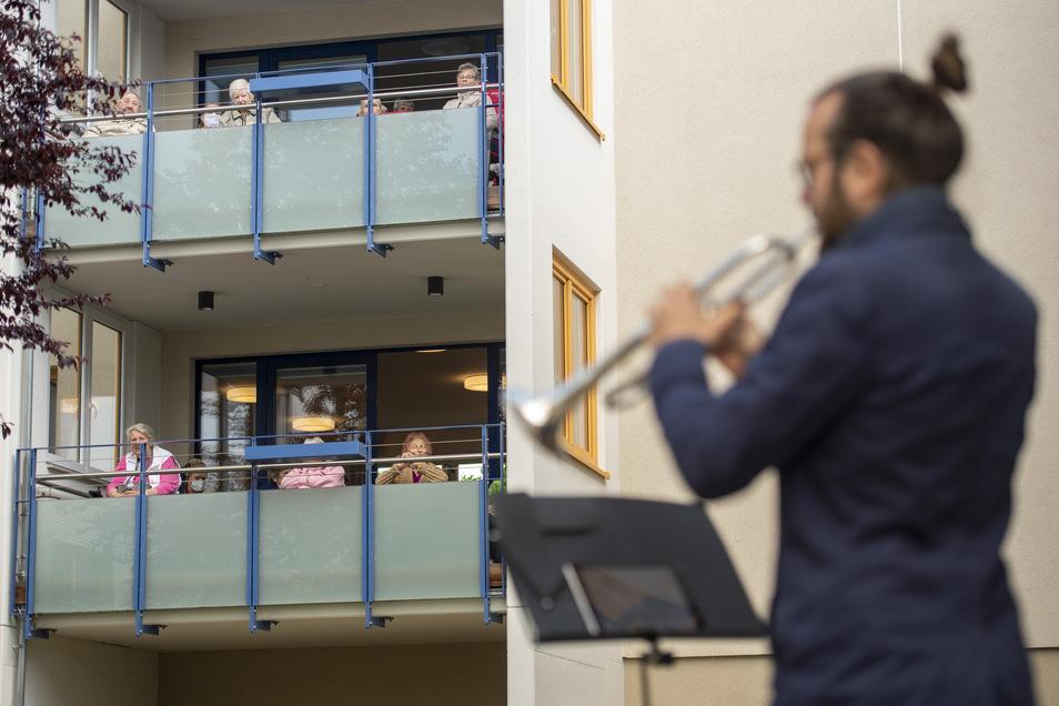 Auch das war Corona-Alltag: Blechbläser der Dresdner Philharmonie spielten für die Bewohner des Meißener Sozialprojektes MEISOP in Coswig.