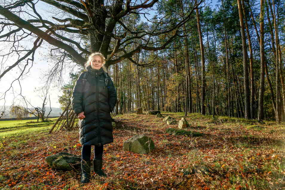 Das Foto aus dem Vorjahr zeigt Archäologin Gabriela Manschus am prähistorisches Gräberfeld am Schafberg in Niederkaina. Das Feld weist etwa 2.000 Bestattungen auf. Es spielt jetzt in einem Online-Vortrag des Kamenzer Westlausitz-Museums eine Rolle.
