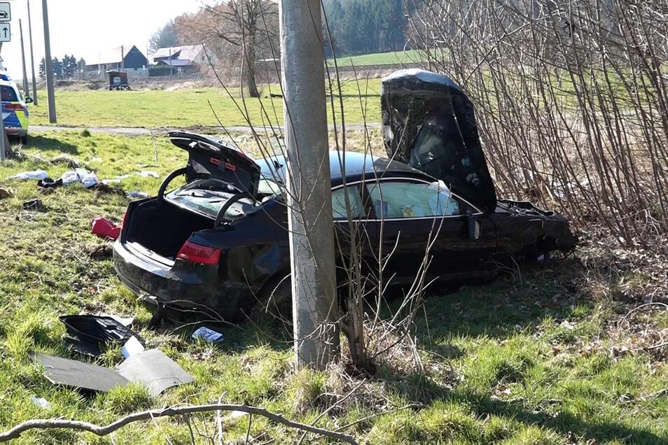 Das Auto war auf einem angrenzenden Feld gelandet.