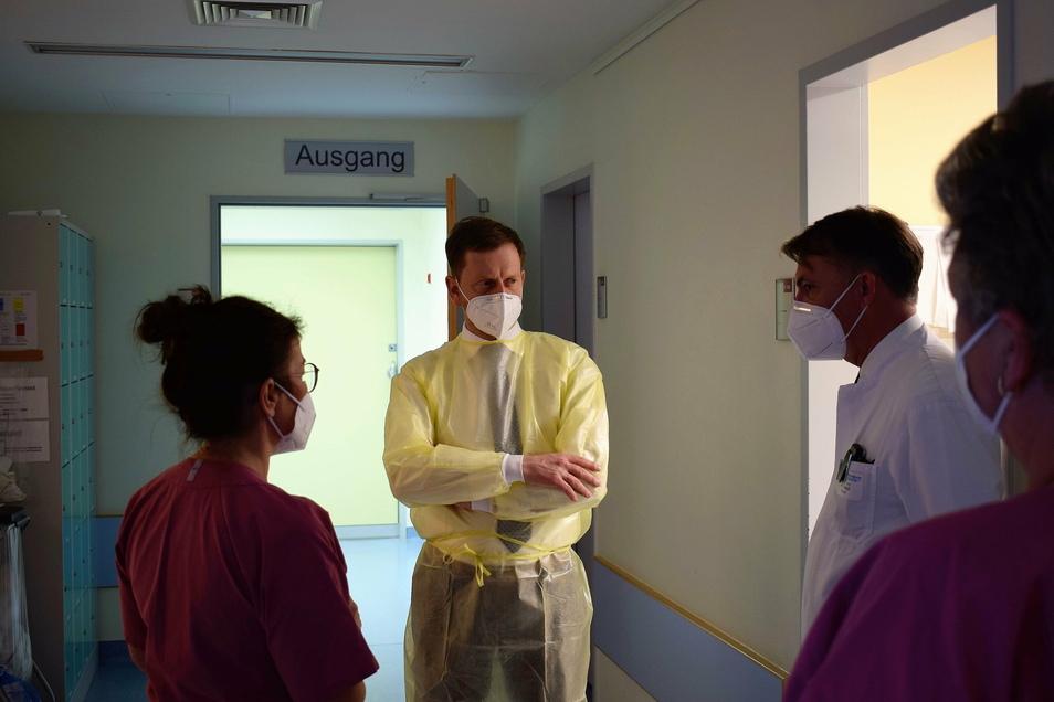 Ministerpräsident Michael Kretschmer am Freitag im Städtischen Klinikum Görlitz: Er war nicht auf der Coronastation, sondern in dem Teil des Intensivmedizinischen Zentrums, in dem die anderen schwerstkranken Patienten betreut werden.