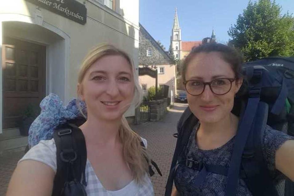 Am Dienstagmorgen sind Marleen Hollenbach (l.) und Theresa Hellwieg in Schirgiswalde gestartet.