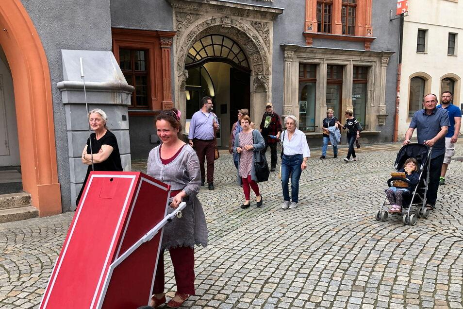 Anne Swoboda (vorn) unterwegs beim theatralen Stadtspaziergang.