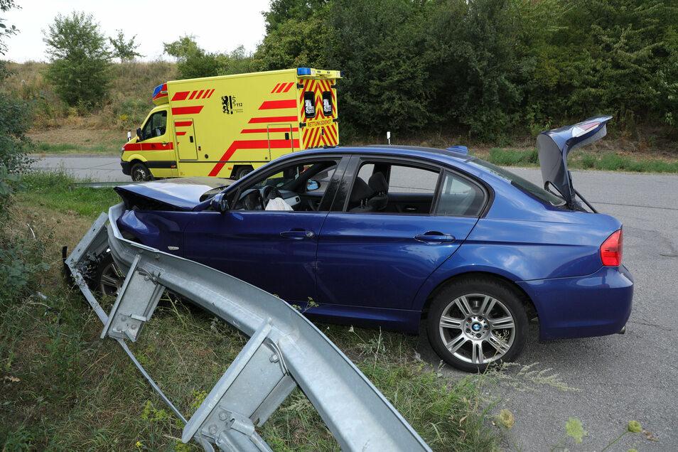 Kurz vor dem Autobahndreieck Dresden-West verlor ein BMW-Fahrer die Kontrolle über sein Auto und schleuderte frontal gegen die rechte Leitplanke.