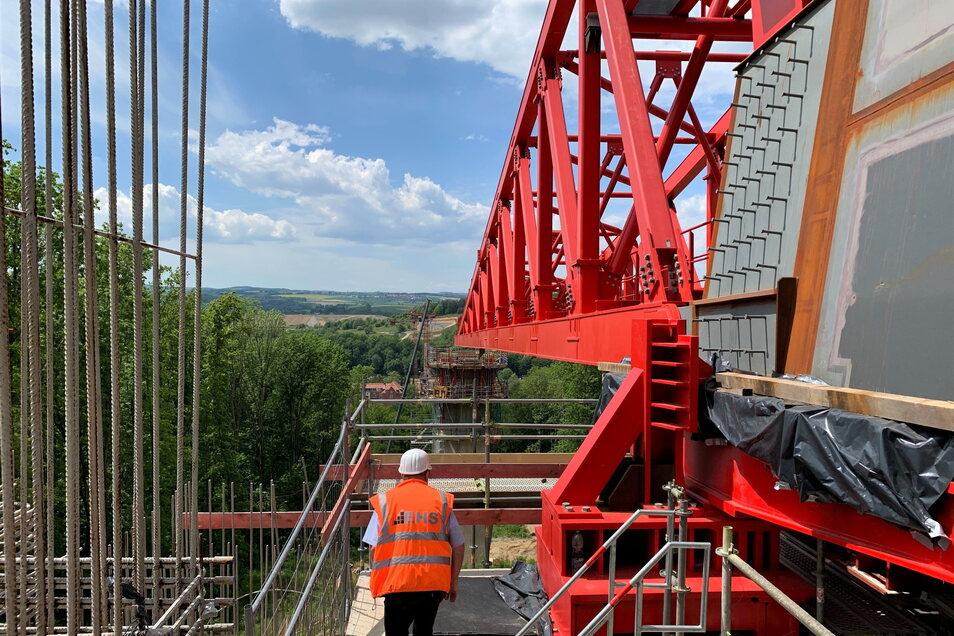 Blick von der Brücke in Richtung Gottleubatal: Beim großen Verschub im August wird dann der erste Pfeiler in der Viehleite erreicht.