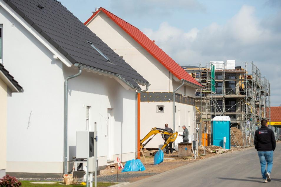 Schön wohnen in Weinböhla. Die Gemeinde mit ihren reichlich 10.000 Einwohnern wird von Einfamilienhaussiedlungen dominiert. Gerade entstehen an der Dresdner Straße neue Häuser für Familien und, seit Langem auch wieder, Mehrfamilienhäuser.
