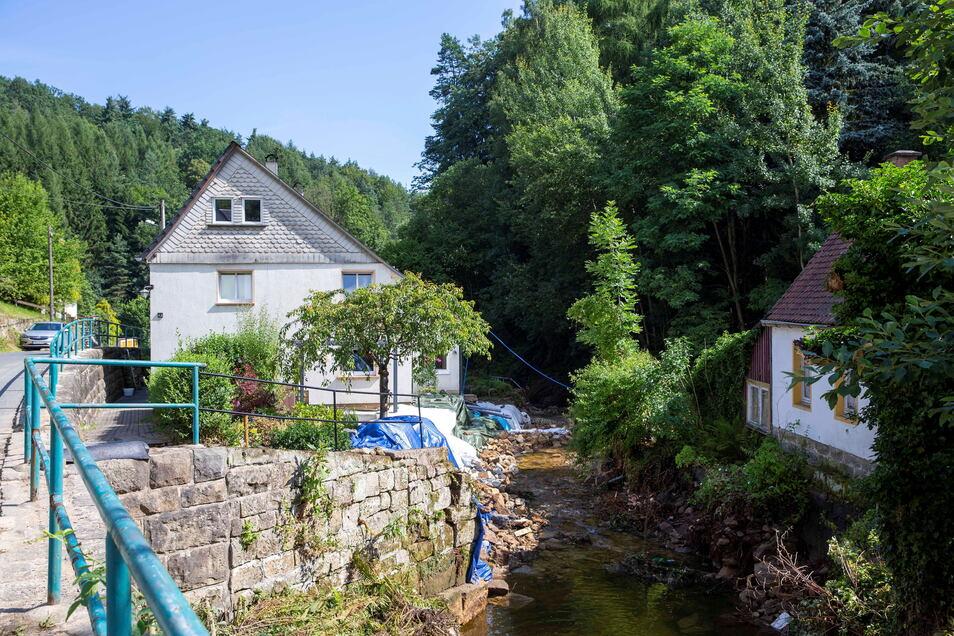 Schöna am oberen Ende des Hirschgrunds: Das THW hat ein unterspültes Wohnhaus gesichert. Die Stützmauer und einen Teil des Grundstücks sind weg.