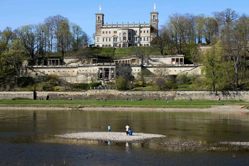 Dieser Anblick bietet sich derzeit an der Elbe. Vorm Schloss Albrechtsberg ist eine kleine Elbinsel zu sehen.