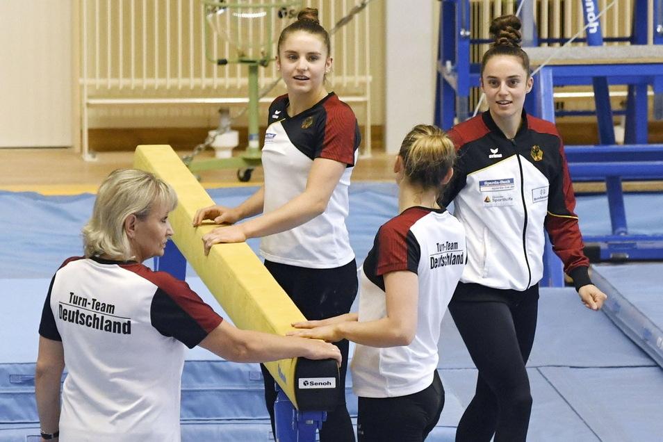 Bundestrainerin Ulla Koch (l) trainiert mit Emilie Petz, Elisabeth Seitz und Pauline Schäfer, Mitglieder des deutschen Turn-Teams, am Schwebebalken für die Olympischen Spiele in Tokio.