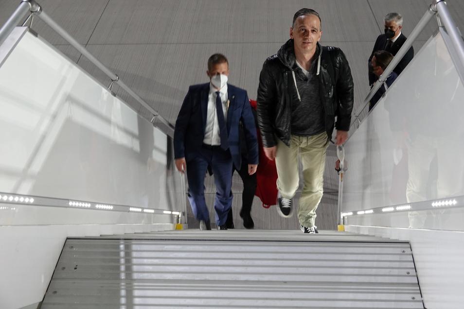 Heiko Maas, Bundesaußenminister, steigt in einen Regierungsflieger der Luftwaffe, um damit zu Gesprächen nach Tel Aviv, Israel, zu fliegen.