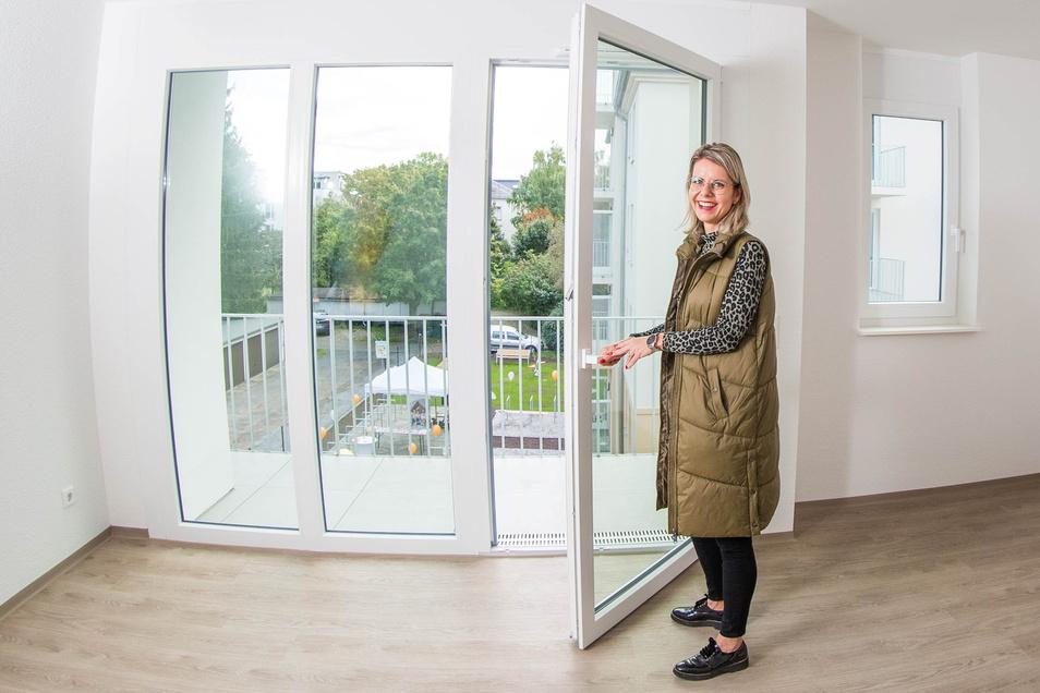 Claudia Herzog von der WID zeigt eine der neuen Drei-Raum-Wohnungen auf der Alemannenstraße 31.