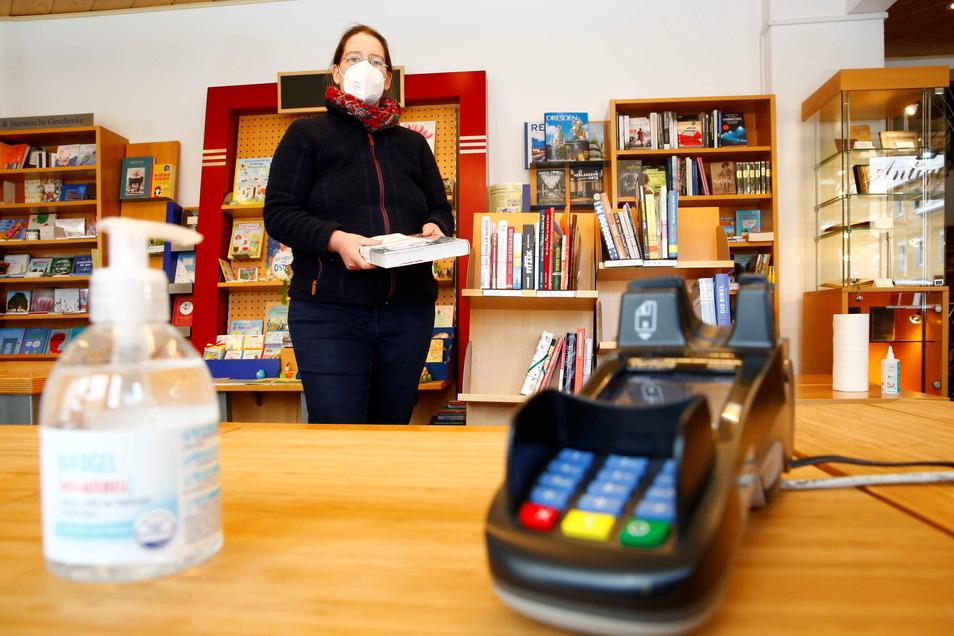 Buchhändlerin Ute Sauermann bereitet ihren Bestell- und Abholservice vor. An ihrer Abholstation übergibt sie die vorher georderten Bücher an ihre Kunden.