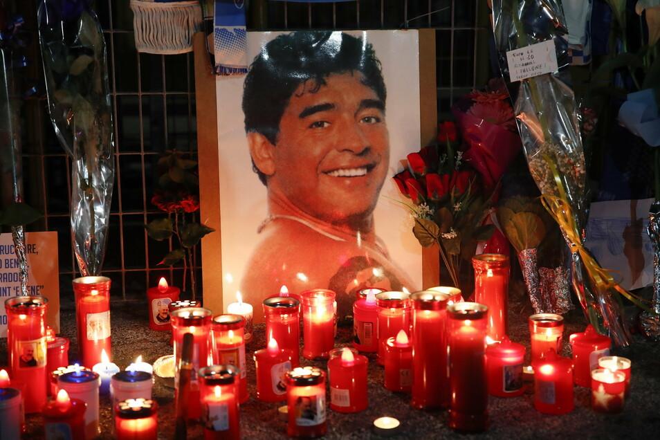 Kerzen und Blumen liegen vor dem San-Paolo-Stadion zum Gedenken an Diego Maradona.