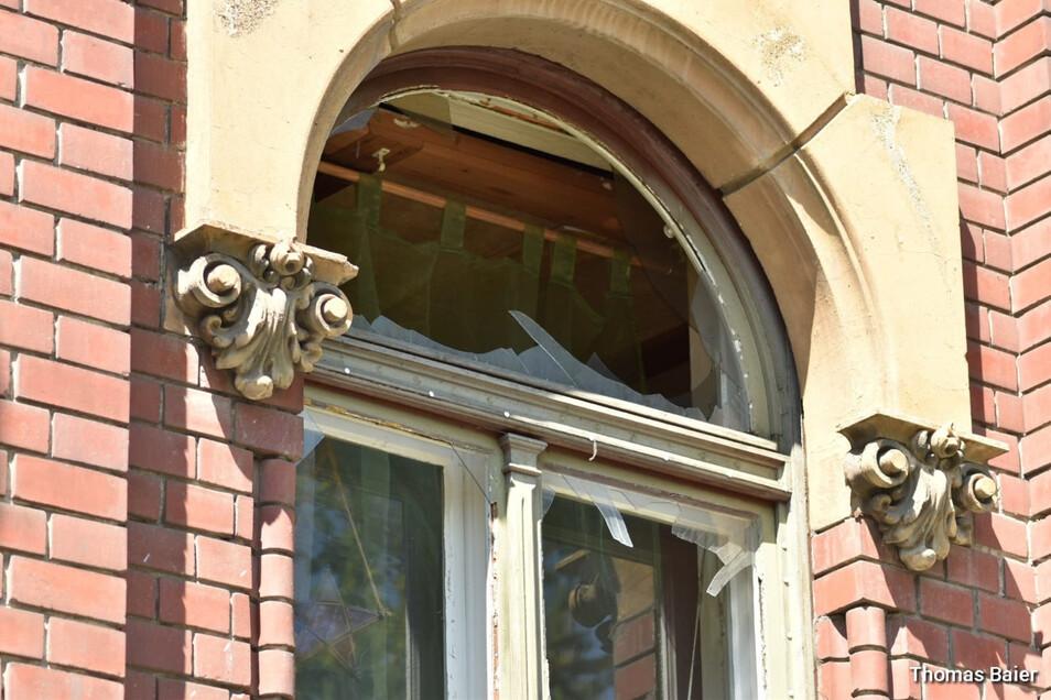 Mehrere Scheiben gingen bei dem Sprengstoffanschlag auf die Wohnung der Zittauer Linken-Politikerin Ramona Gehring zu Bruch.