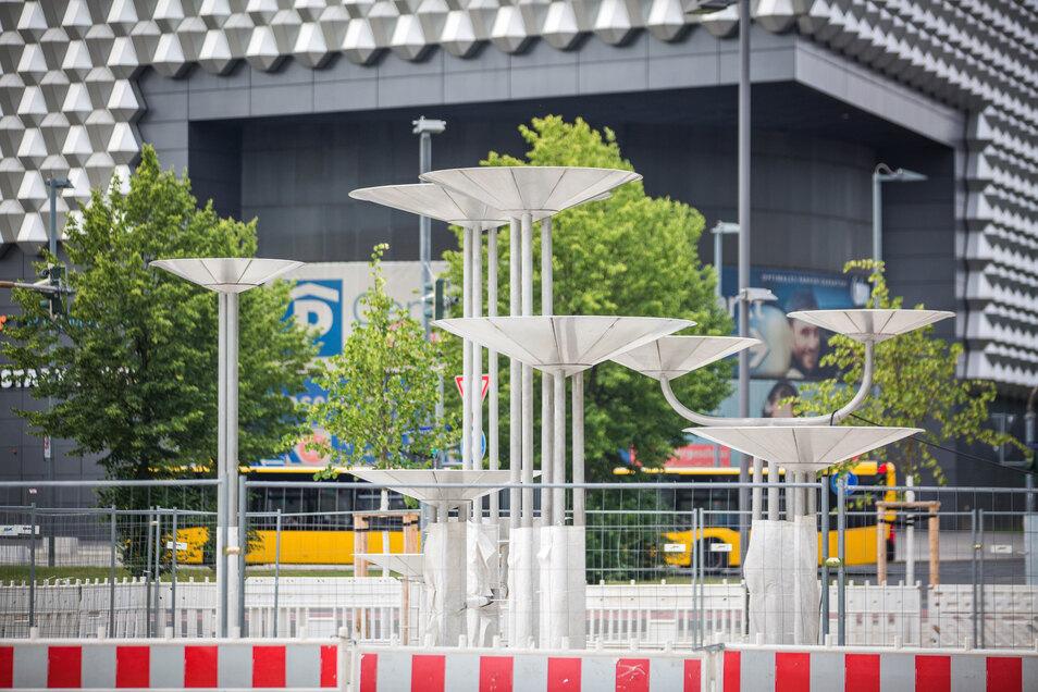 Das ist der Schalenbrunnen an der Ecke Budapester/Marienstraße, der noch komplettiert werden muss. Die Promenade im Bereich des Dippoldiswalder Platzes ist bis auf den Brunnen fertiggestellt.