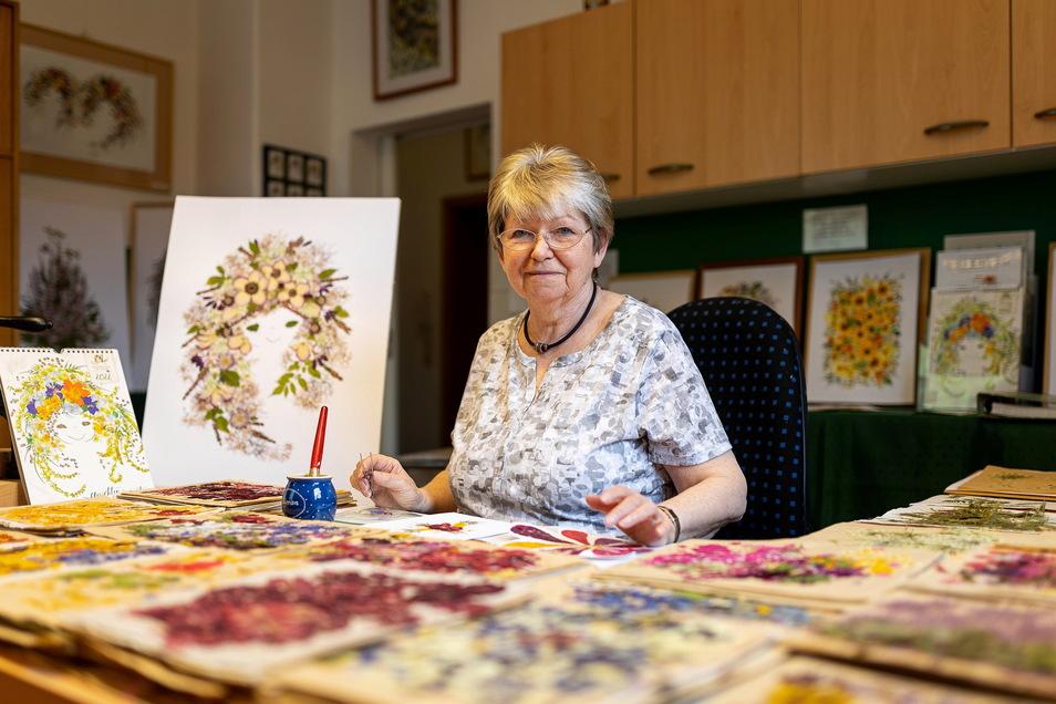 Angela Straßberger gestaltet in ihrem Arbeitszimmer in Rabenau prachtvolle Blütenbilder, die auf bedeutenden Events gezeigt werden.