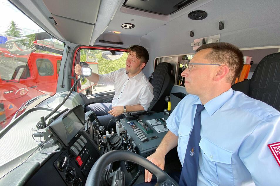 Hirschfeldes Wehrleiter Ronny John (vorn) erklärt Zittaus OB Thomas Zenker das neue Fahrzeug.