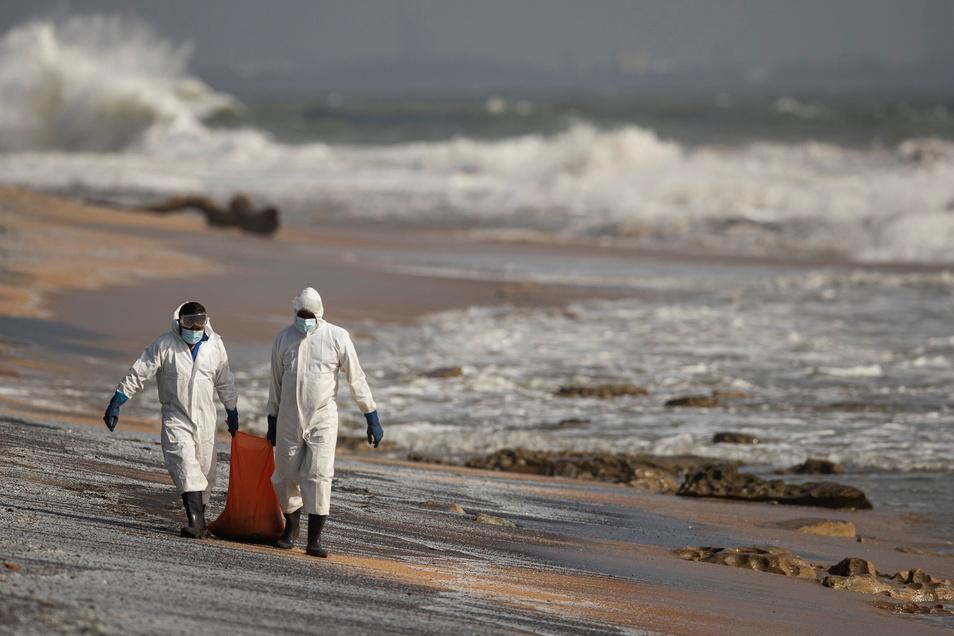Soldaten der srilankischen Marine säubern den Strand.