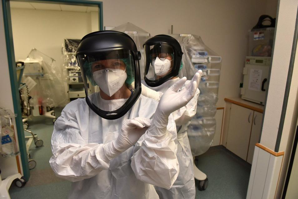 Zwei- bis dreimal täglich müssen sich die Fachkrankenschwestern der Freitaler Klinik die Schutzkleidung anziehen, bevor sie sich um Covid-19-Patienten kümmern können.