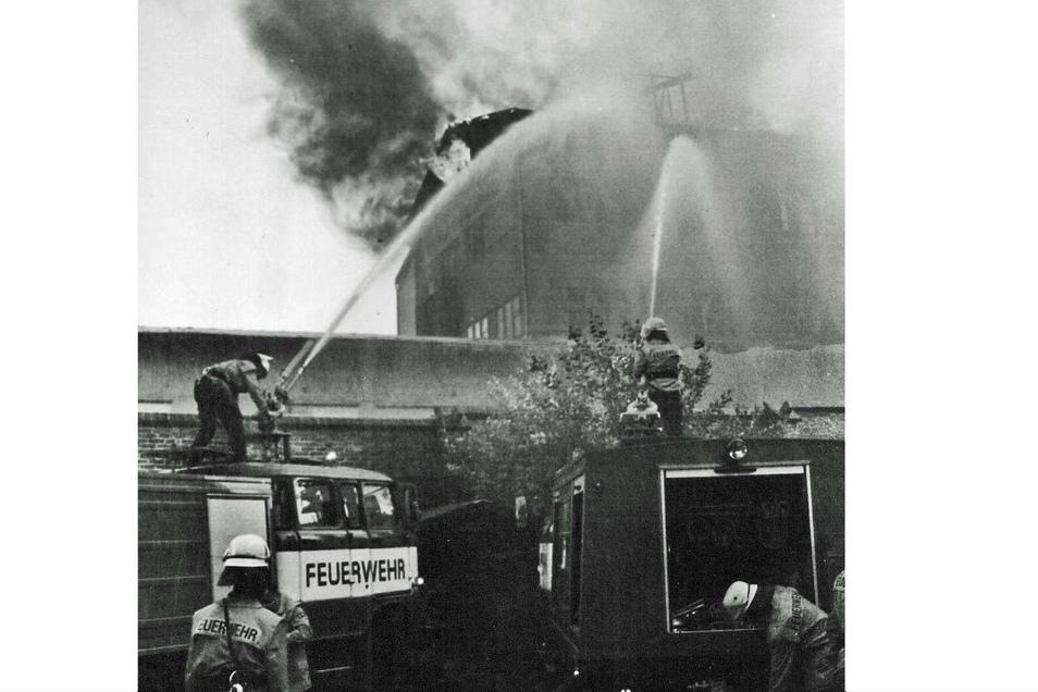 Von der Straße An der Weißen Mauer aus waren die Rauchschwaden nicht zu übersehen. Von der Cottbuser Straße aus gingen Feuerwehrleute mit mehreren Strahlrohren gegen die Flammen vor, die aber immer wieder neu aufloderten.
