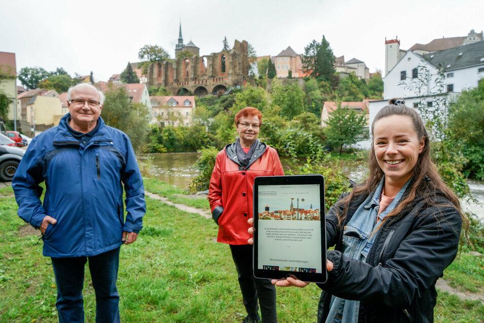 Hier an der Spreegasse veranstaltet das Bürgernetz Bautzen, zu dem auch Lutz Schröder, Anne-Marie Russew und Anne Wilhelm (v.l.) gehören, am Sonnabend eine Baumpflanzaktion.